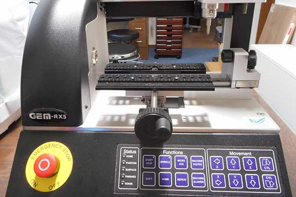 U-MARQ自動彫刻機 GEM-RX5 自動彫刻機。平面だけでなくリングの外・内側への彫刻が可能です。