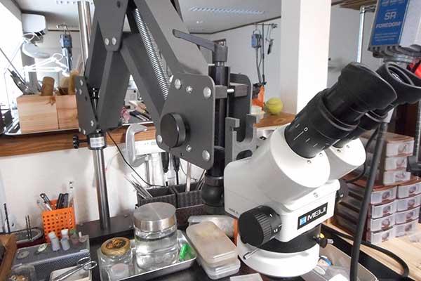 マイクロスコープ アクロバットスタンド仕様 講師専用机に設置しておりますが、空いている時にはお使いいただけます。
