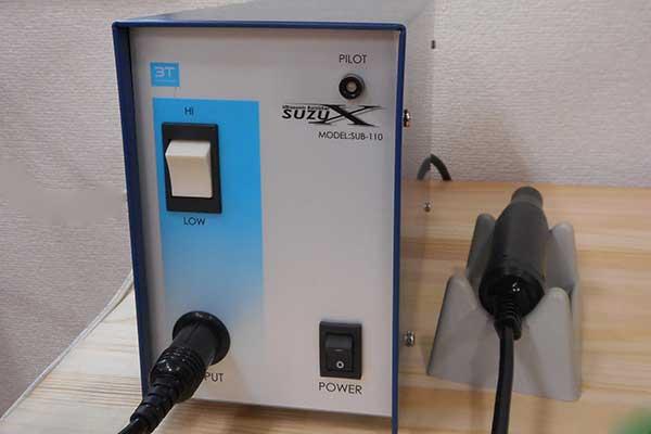 超音波ヘラ研磨機 超音波の振動で力を使わず細かい箇所のヘラ掛けが出来ます。
