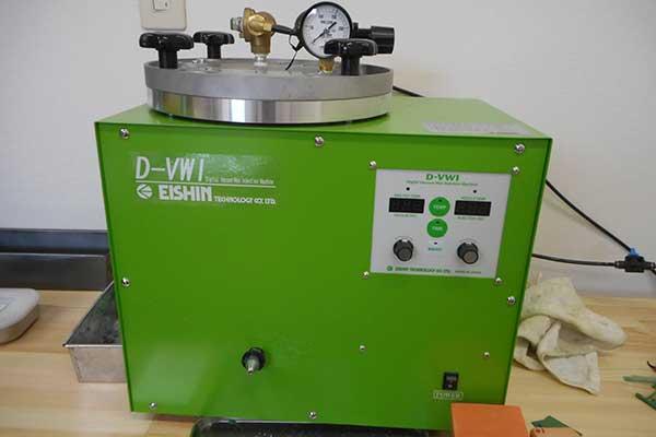 真空ワックスインジェクター ワックスをゴム型へ注入する機械です。