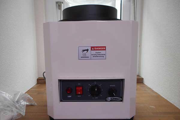 バレル研磨機 工具の入らない細かい隙間などを均一に磨いてくれます。