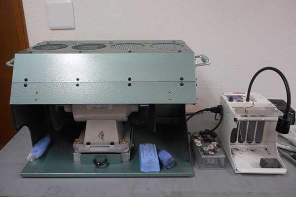 磨き台 磨き作業用に集塵機付きバッファーと卓上集塵機があります。