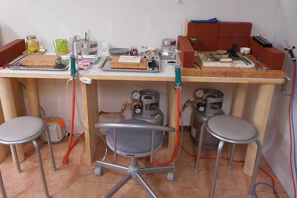 バーナー作業台 地金の溶解・ロー付け作業に。ブローパイプ2台。酸素1台。