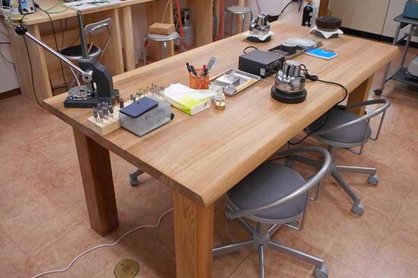 作業机 彫り・石留め他多目的に使用する共有机です。
